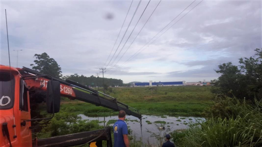 Acidente fatal: carro sai da pista e cai no Rio Itajaí-Mirim