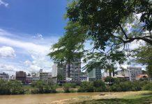 beira rio, céu azul, calor, rio itajaí-açú