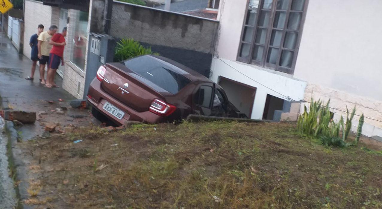 Motorista perde controle após batida e invade terreno, em Blumenau - O Município Blumenau