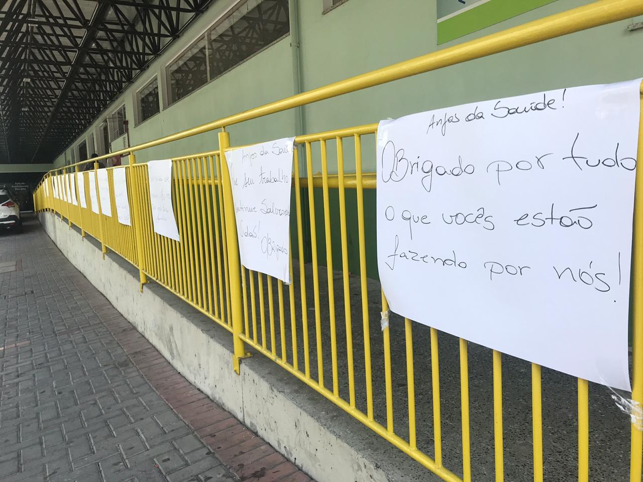Moradores colocam cartazes de incentivo aos profissionais de saúde em frente ao Hospital Santa Isabel – O Município Blumenau