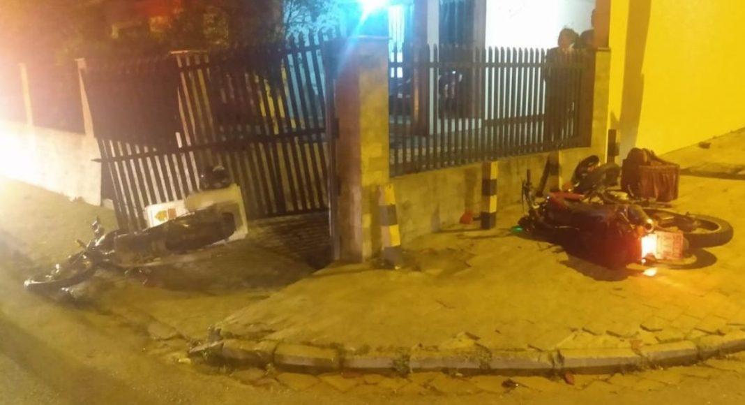 Dois motoboys ficam gravemente feridos em acidente, em Blumenau